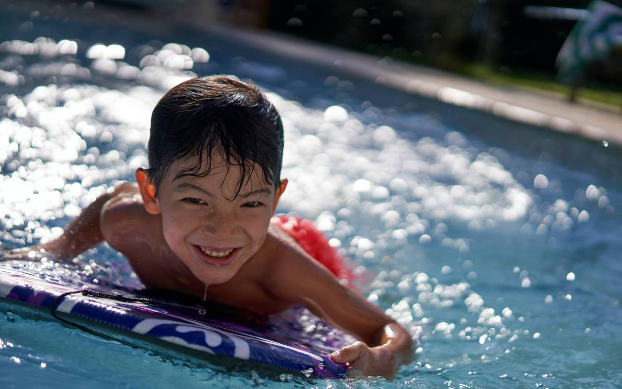 Enfant dans la piscine, hotel avec piscine cannes, Juliana Hotel Cannes