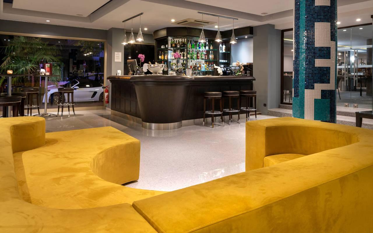 Salon et bar avec canapé très confortable dans une ambiance cosy, hotel 4 étoiles cannes bord de mer, Juliana Hotel Cannes.