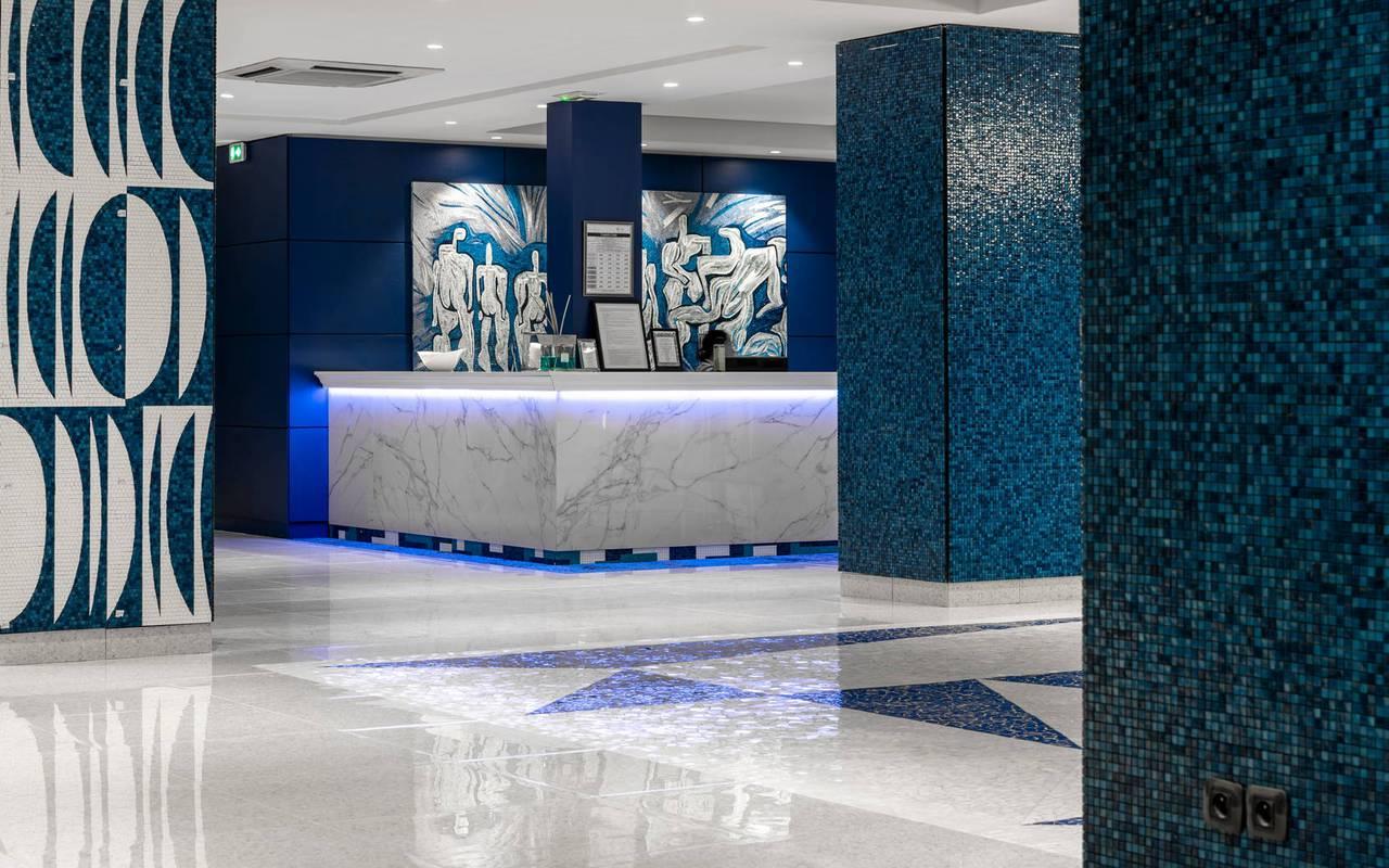 Réception moderne et élégance, hotel 4 étoiles cannes bord de mer, Juliana Hotel Cannes.