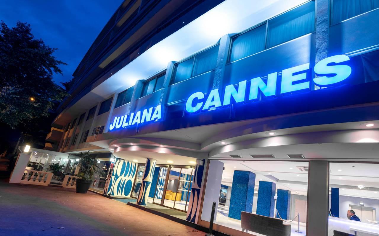 Entrée et façade de l'hôtel, hotel 4 étoiles cannes bord de mer, Juliana Hotel Cannes.