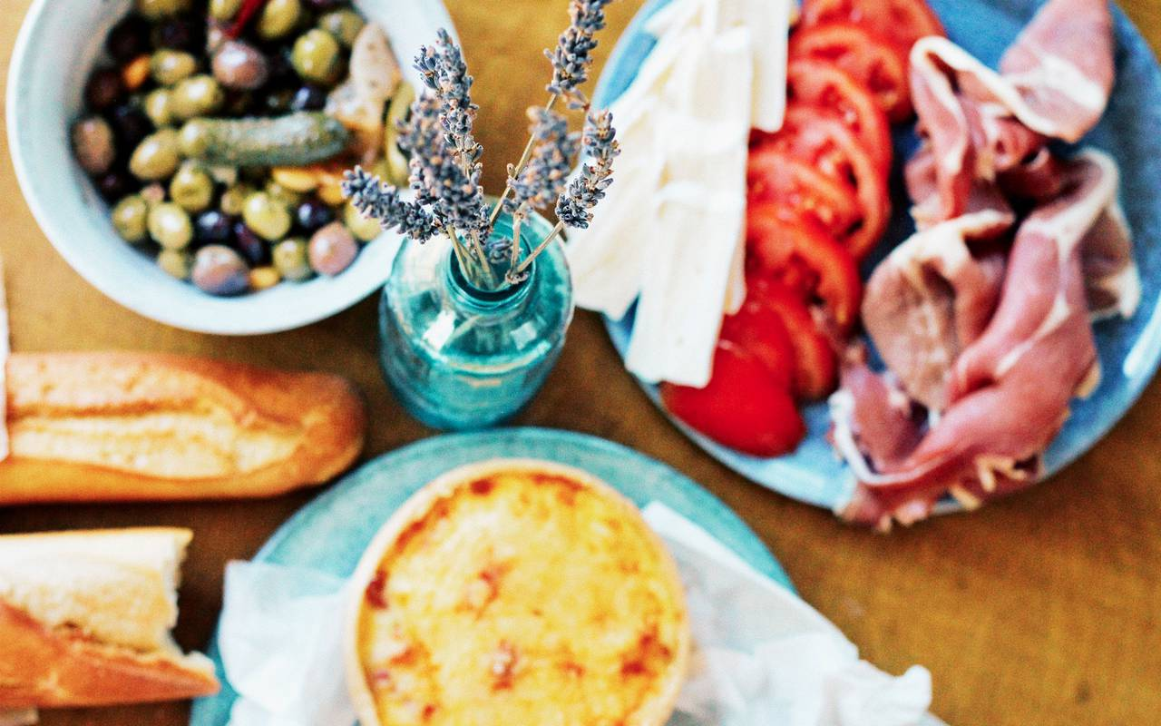 Assiettes avec tomates et olives, boutique hotel cannes, Juliana Hotel Cannes
