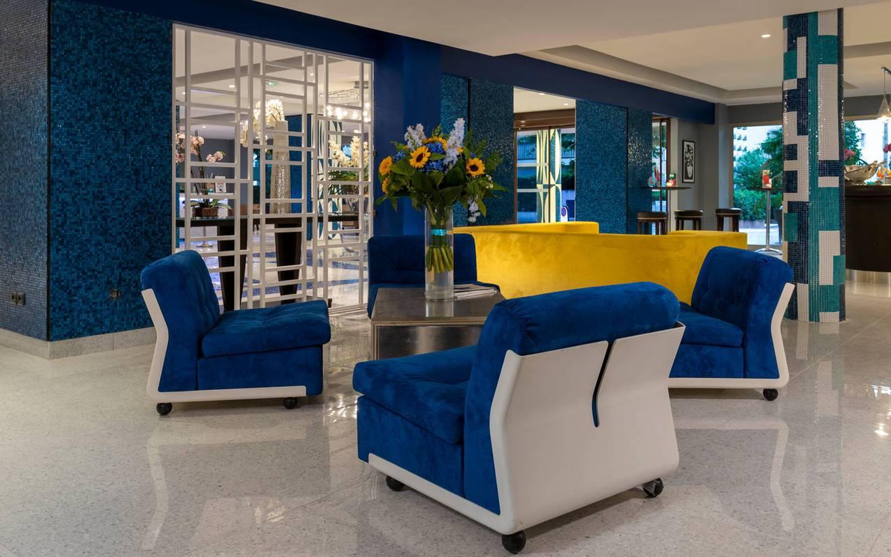 espace salon avec fauteuils, boutique hotel cannes, Juliana Hotel Cannes