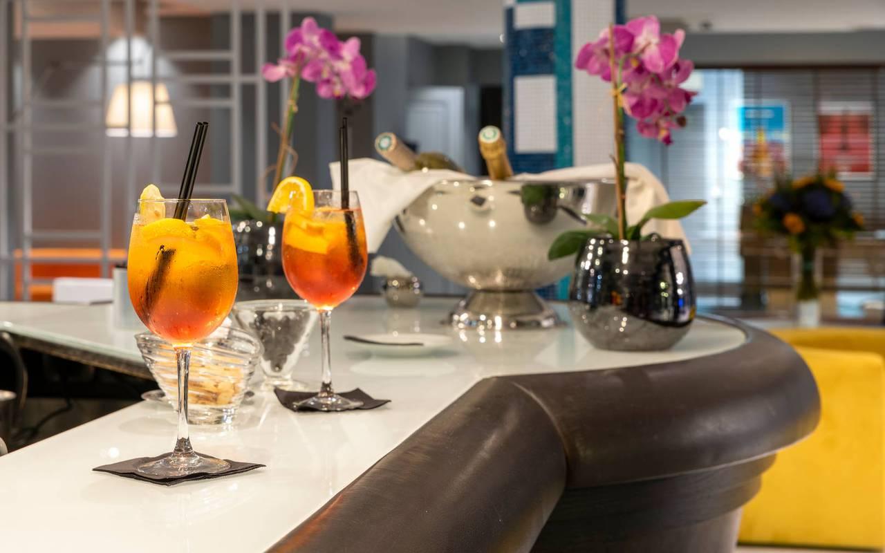 cocktails sur le contoir du bar, boutique hotel cannes, Juliana Hotel Cannes