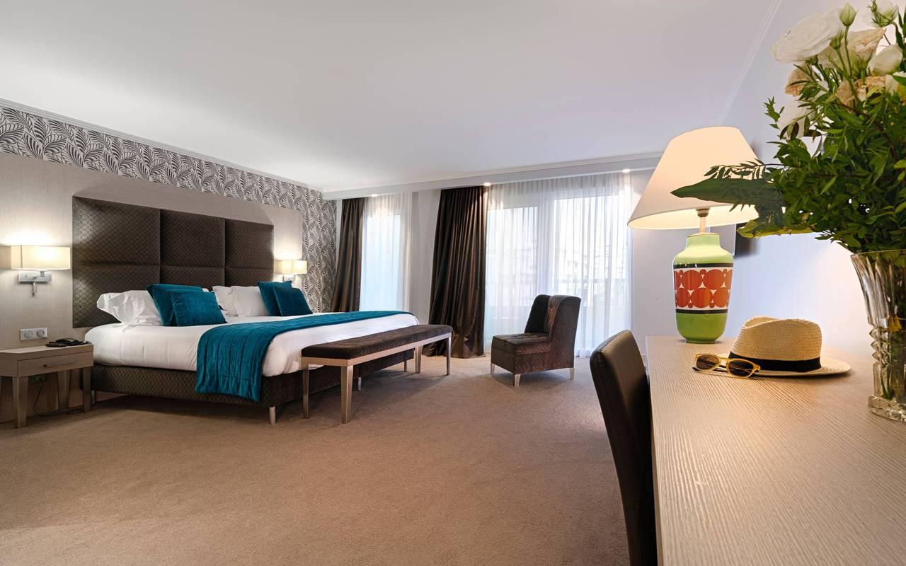 chambre très spacieuse avec bureau, boutique hotel cannes, Juliana Hotel Cannes