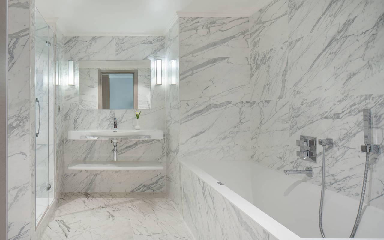 Salle de bain avec baignoire et douche, boutique hotel cannes, Juliana Hotel Cannes.