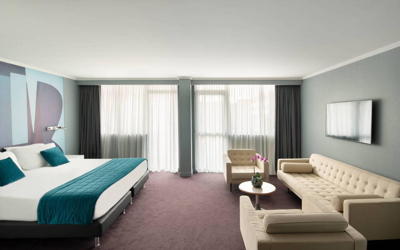 Chambre spacieuse avec canapé et lit, boutique hotel cannes, Juliana Hotel Cannes.