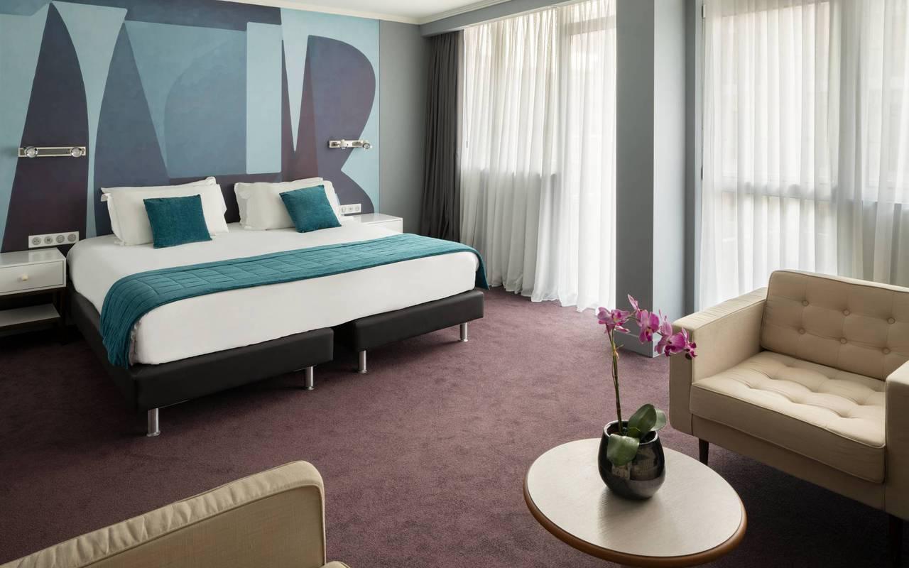 Chambre spacieuse avec lit double et coin salon, boutique hotel cannes, Juliana Hotel Cannes.