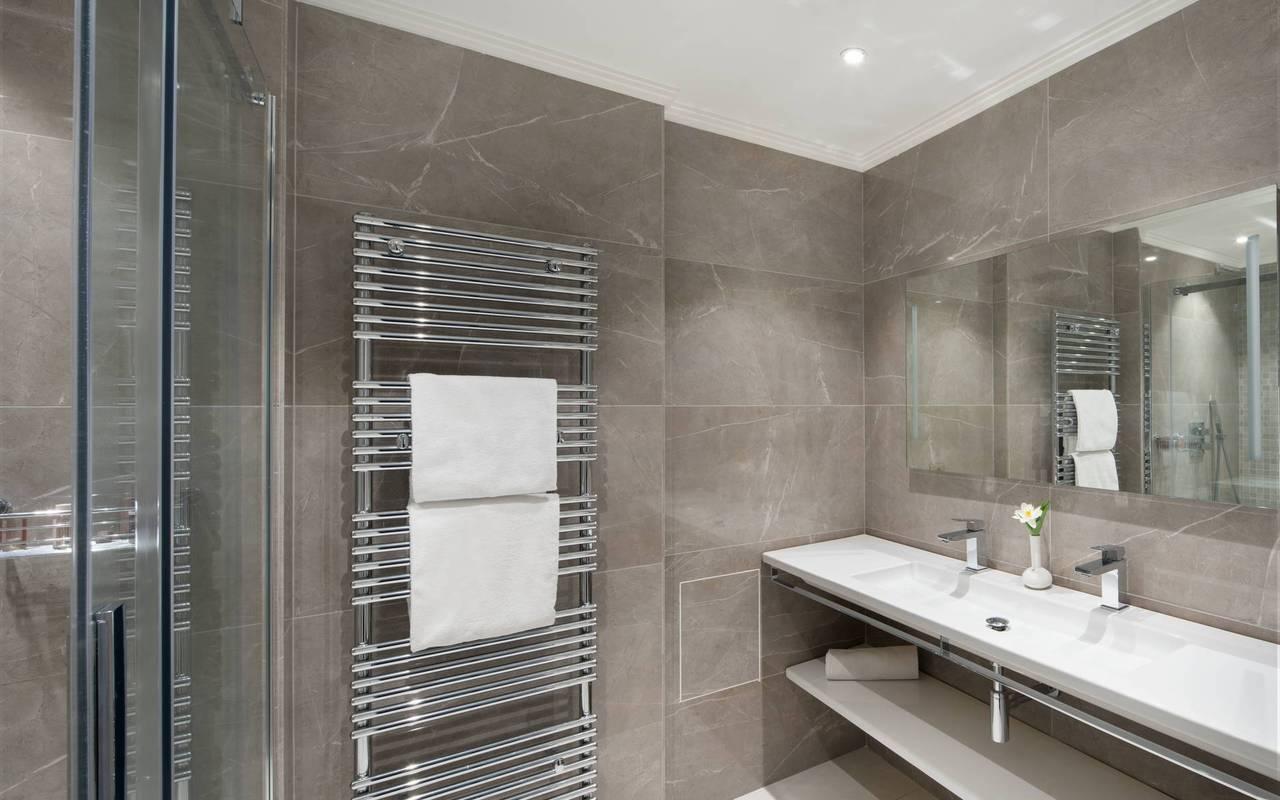 Salle de bain moderne et bien équipée, boutique hotel cannes, Juliana Hotel Cannes.