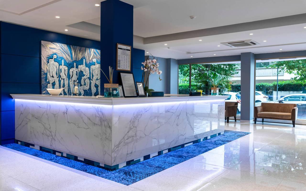 Réception accueillante et élégante, boutique hotel cannes, Juliana Hotel Cannes.