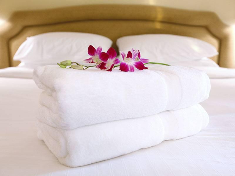 Serviettes de bain et fleurs, Hôtel 4 étoiles Cannes Bord de mer, Juliana Hotel Cannes.