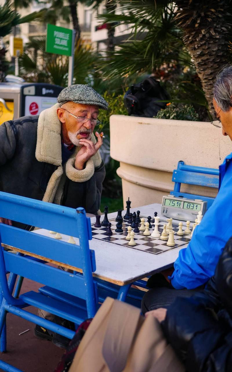 Vieux jouant aux échec, hotel avec piscine cannes, Juliana Hotel Cannes