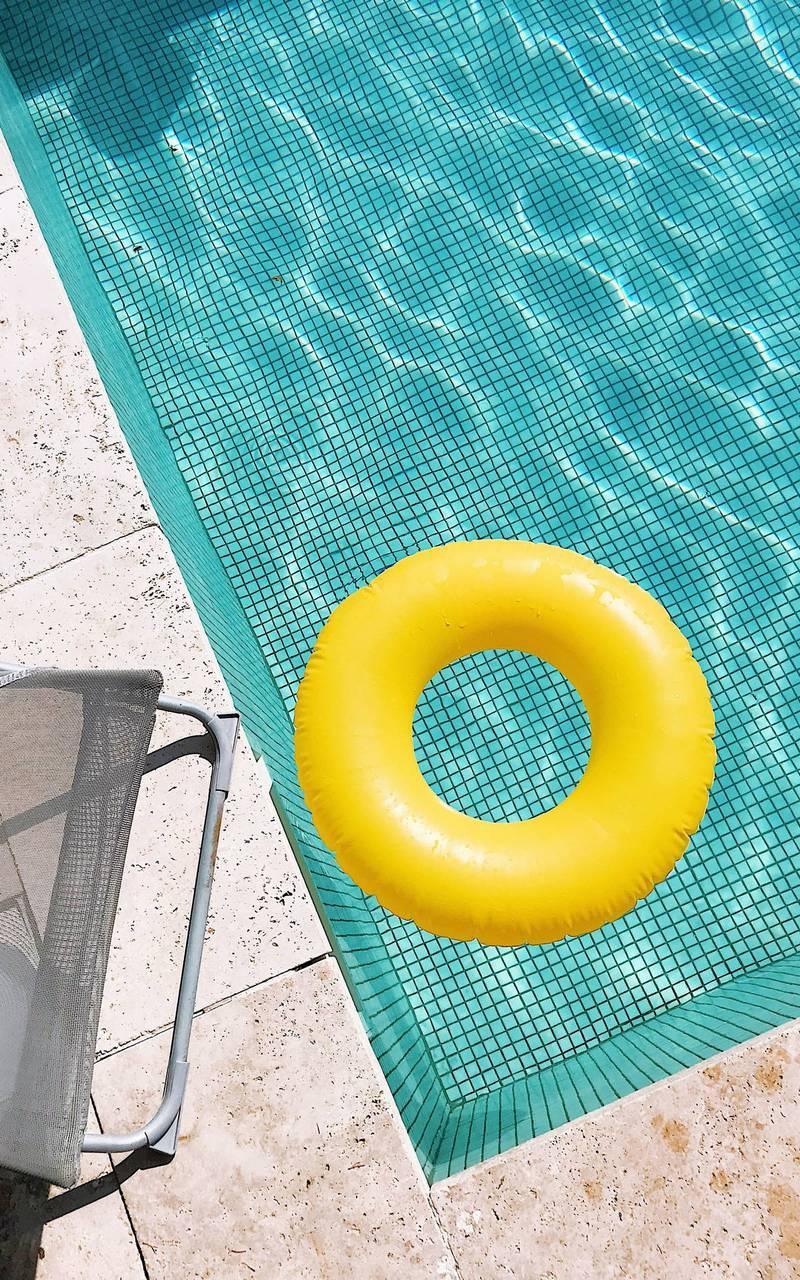bouée jaune dans la piscine, boutique hotel cannes, Juliana Hotel Cannes