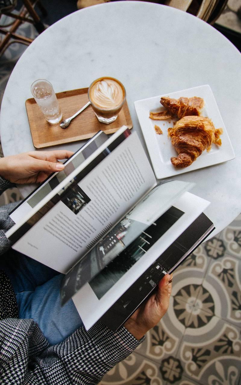 Personne lisant un magazine durant son petit-déjeuner, boutique hotel cannes, Juliana Hotel Cannes