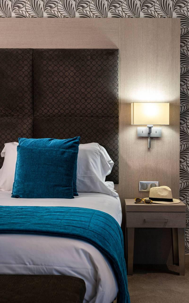 Chambre avec lit double et décoration moderne, boutique hotel cannes, Juliana Hotel Cannes.