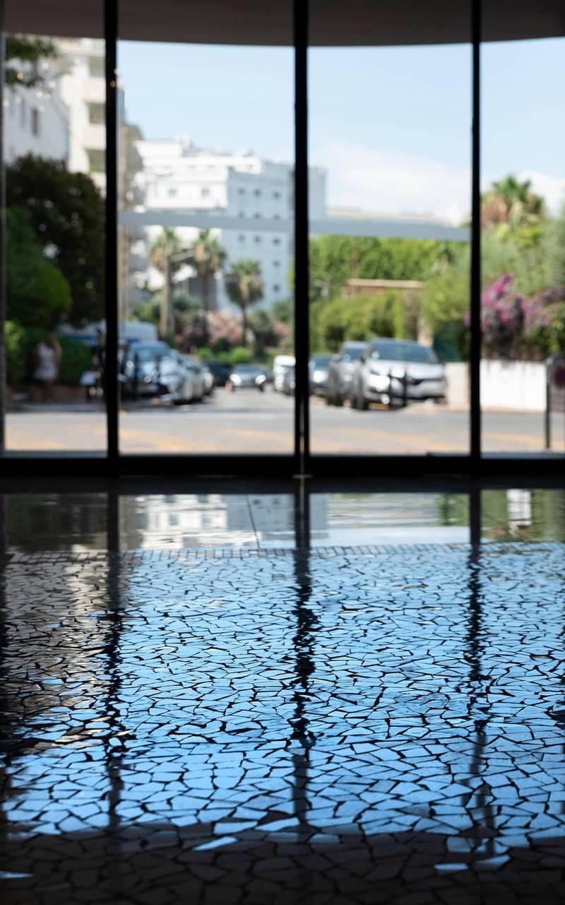 Grande baie vitrée avec vue sur l'extérieur, boutique hotel cannes, Juliana Hotel Cannes.